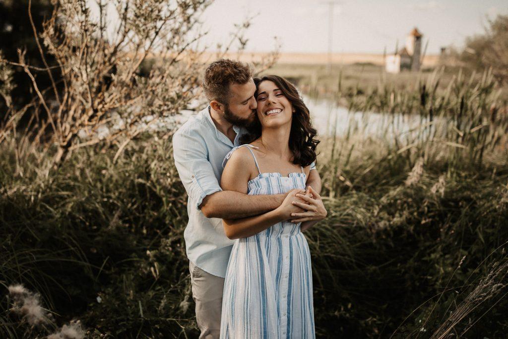Fotoshooting in der Natur Paar schaut in Kamera