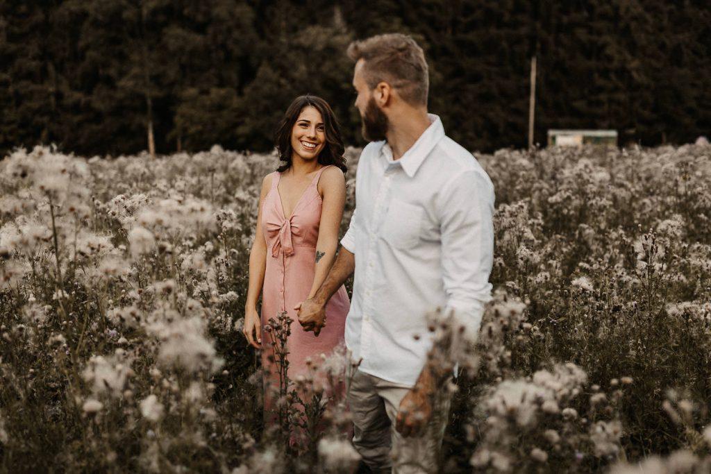 Verlobungsshooting Paar lacht in Kamera