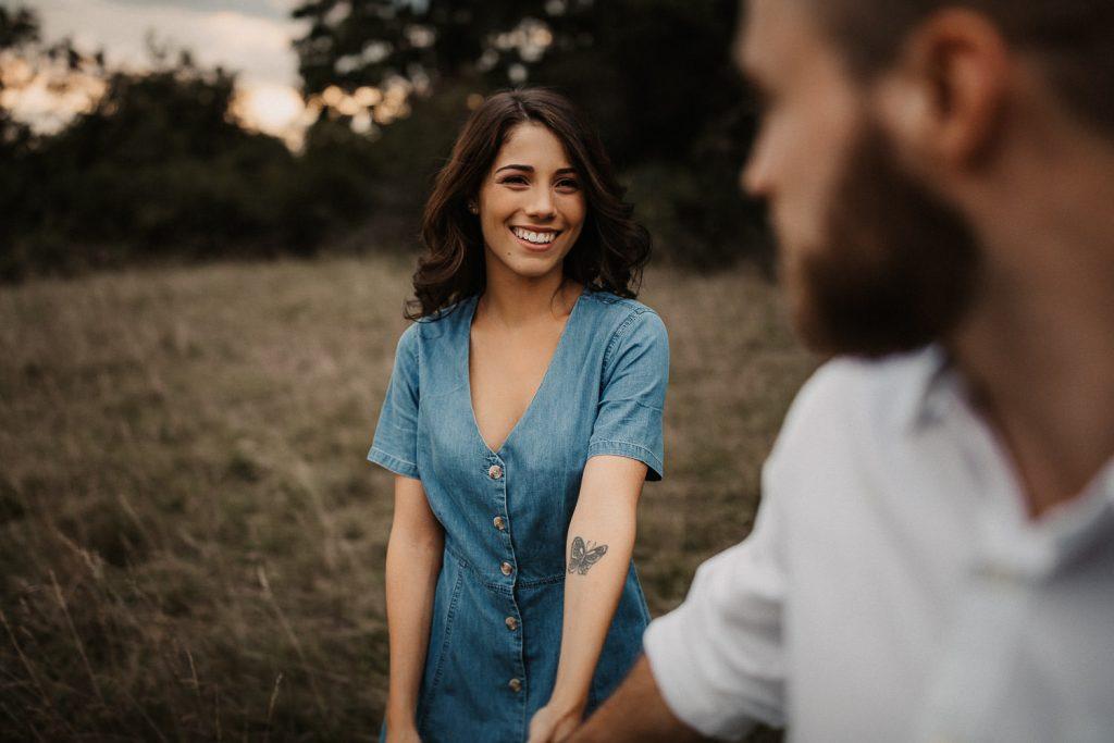 Frau lacht in die Kamera am Bodensee