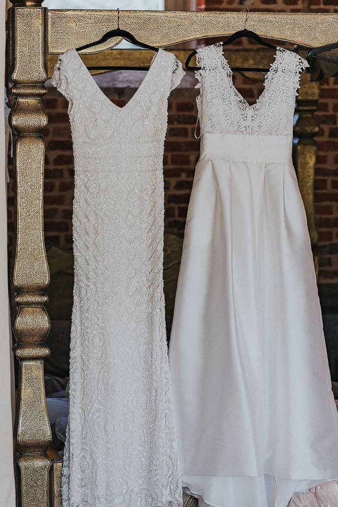 Hochzeit Magical Homes Brautkleid hängt am Bett