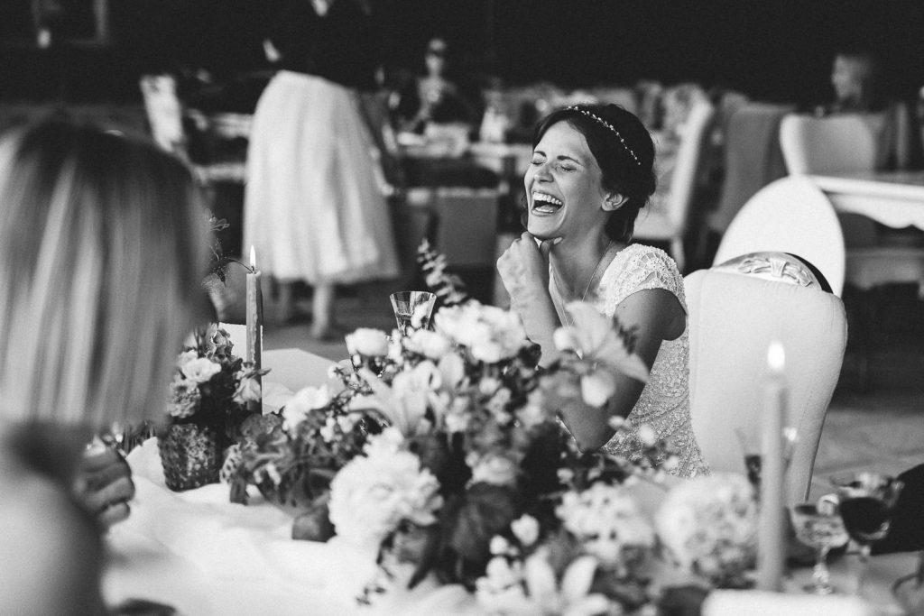 Braut lacht glücklich Magical Homes