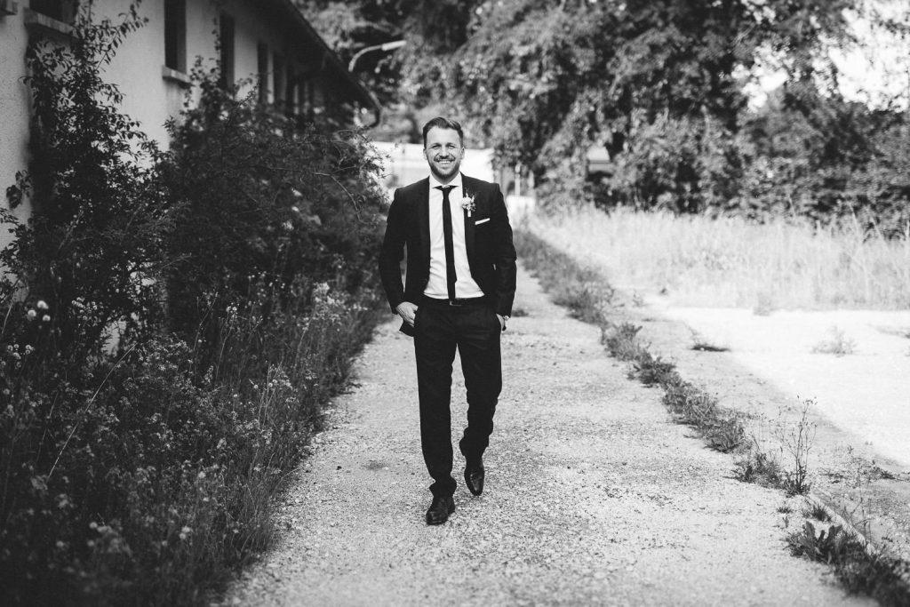 Bräutigam lacht in Kamera schwarz weiss