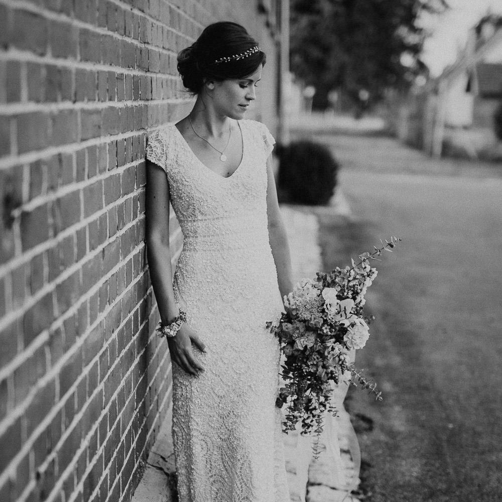 Braut schaut auf ihren Strauß im Magical Homes