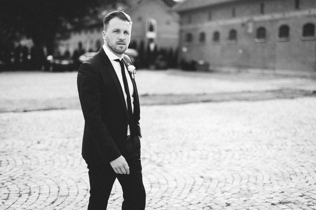 Bräutigam läuft über Hof
