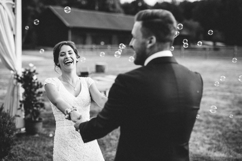 Brautpaar lacht sich an Magical Homes