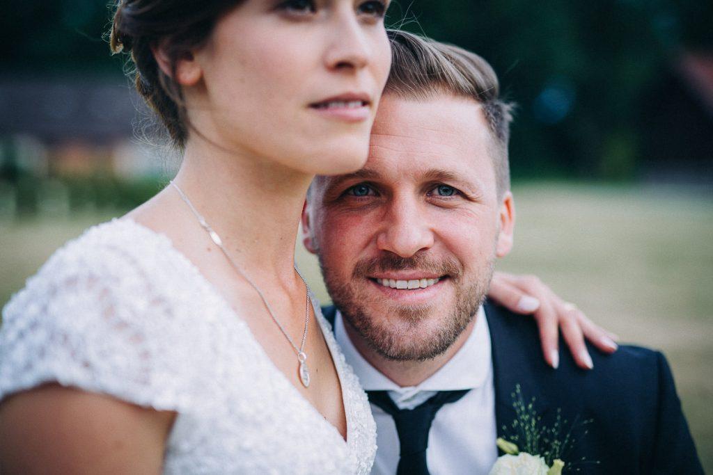 Bräutigam lacht in Kamera