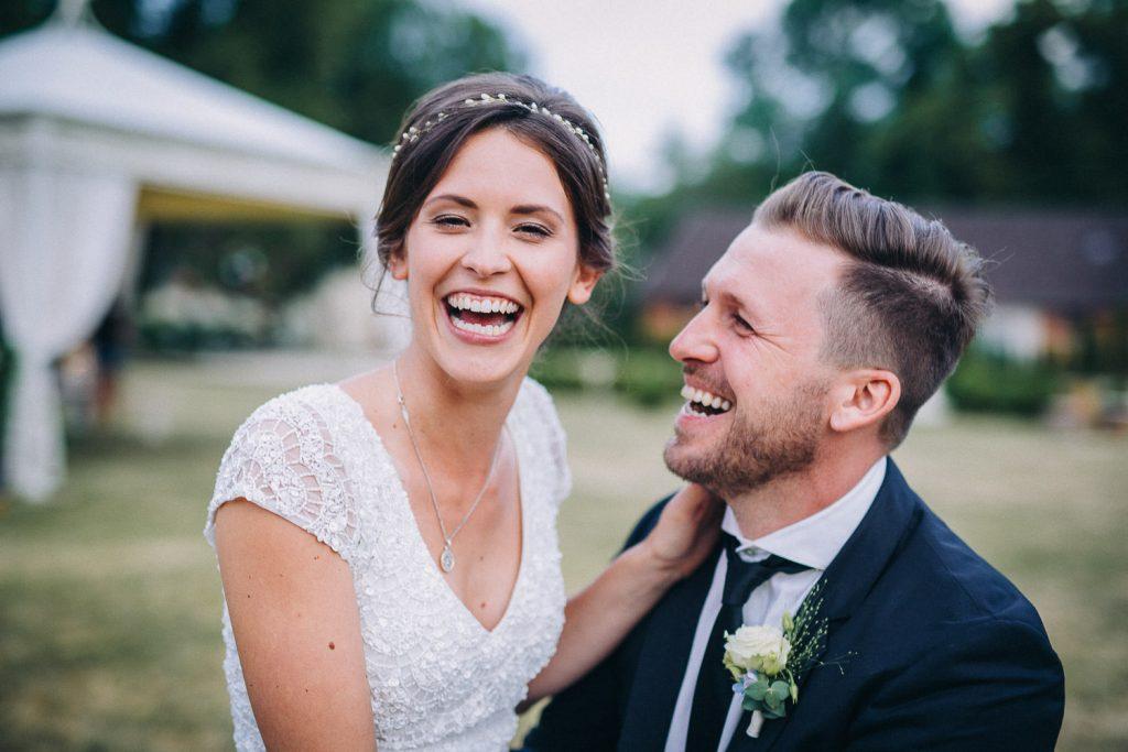 Brautpaar lacht sich an im Magical Homes