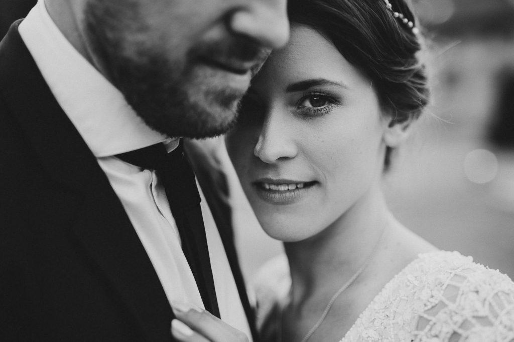 Wunderschöne Braut schaut in die Kamera Magical Homes