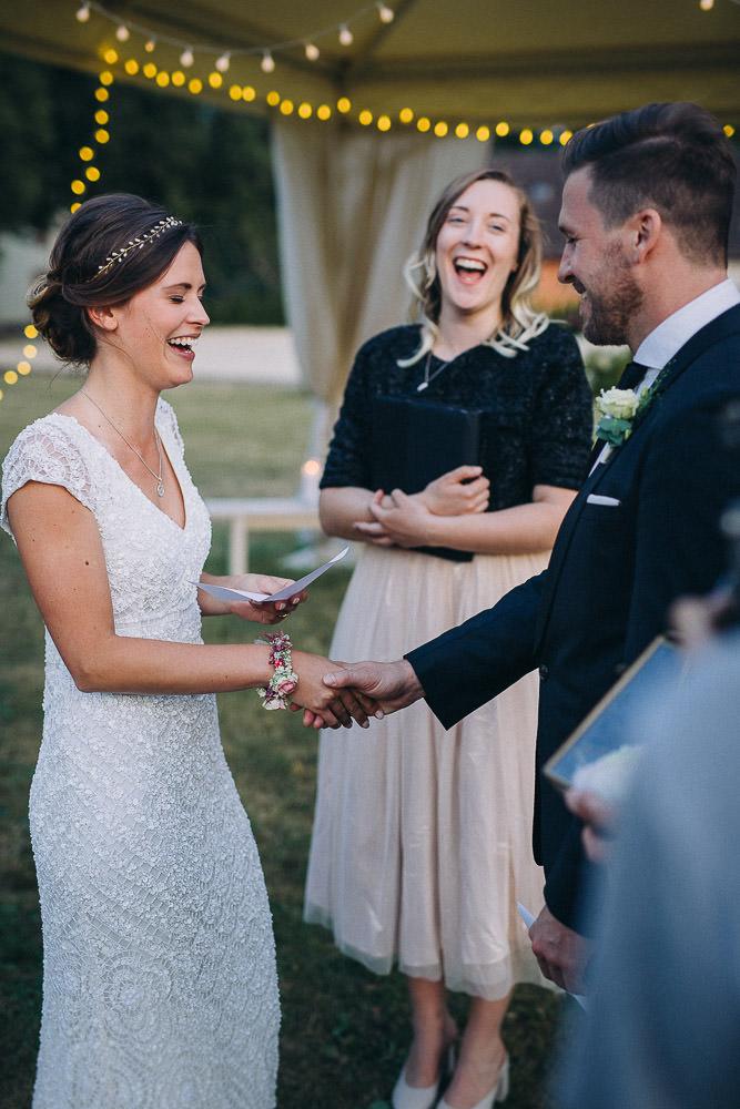 Freie Trauung im Magical Homes Braut lacht