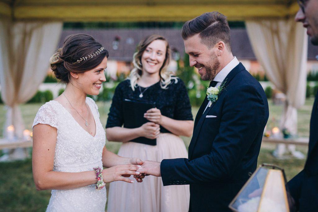 Braut und Bräutigam schauen sich tief in die Augen