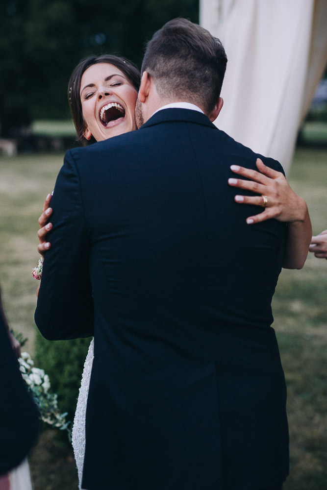 Bräutigam flüstert Braut etwas ins Ohr