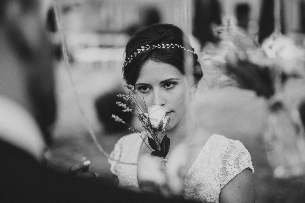 Braut riecht an Blumen