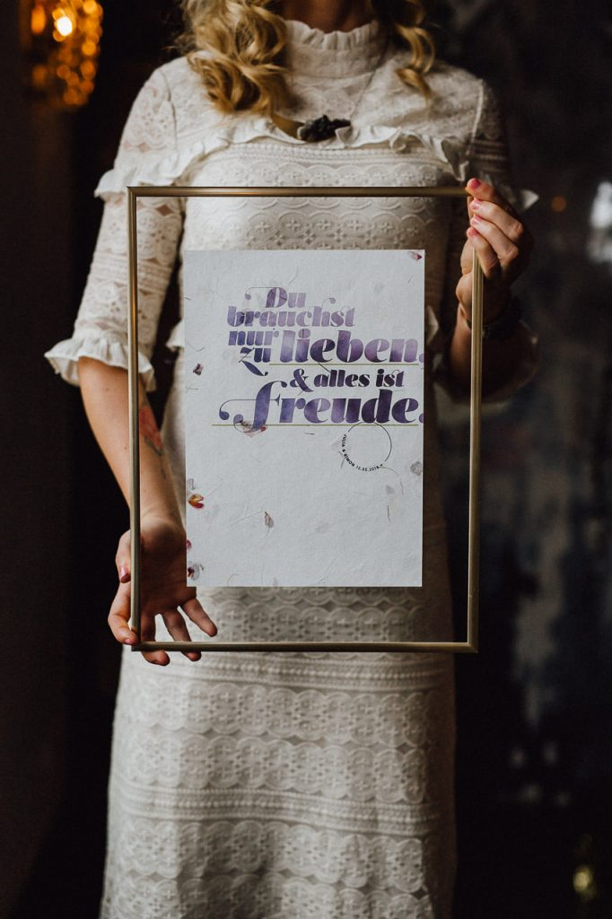 Braut zeigt Papeterie