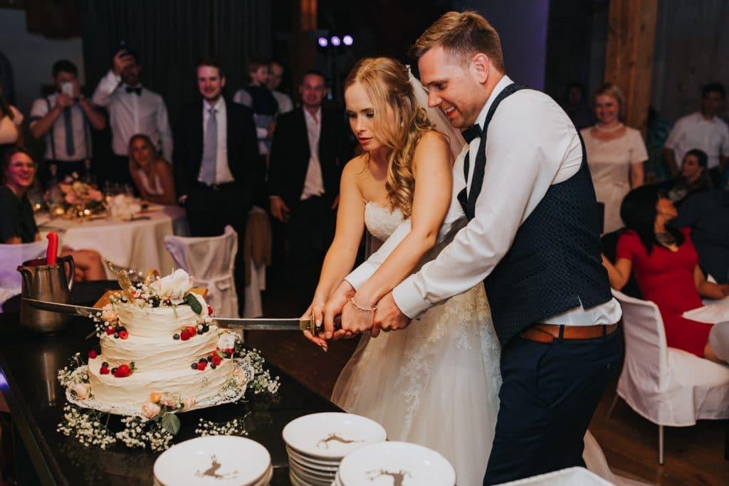 Hochzeit_Kuenkele_Muehle_Torte_anschneiden