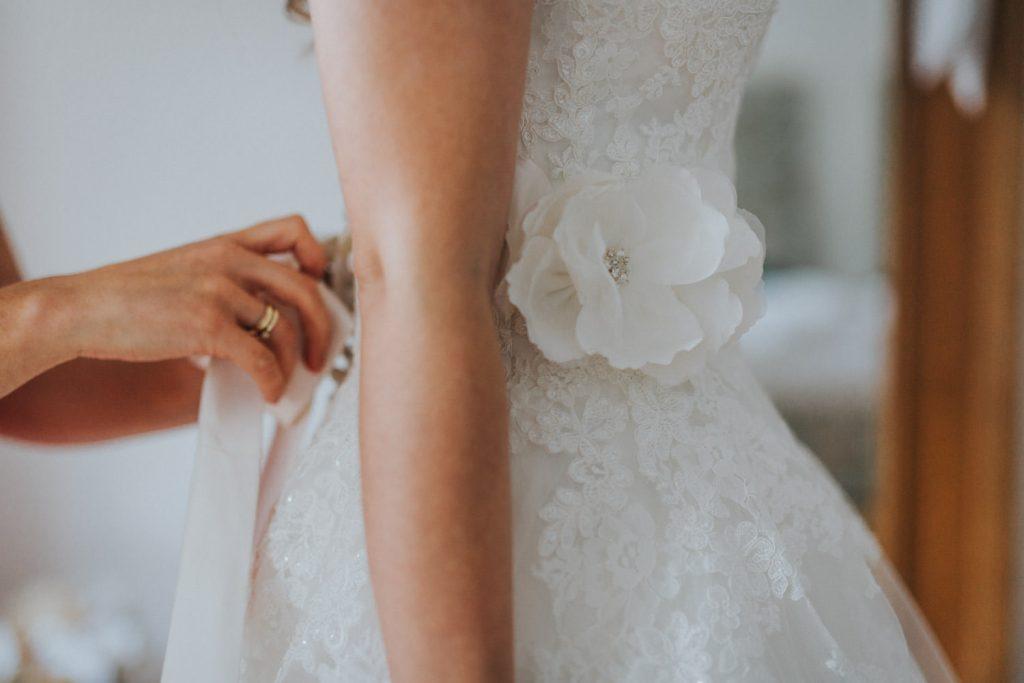 Hochzeit_Kuenkele_Muehle_Getting_Ready_Kleid