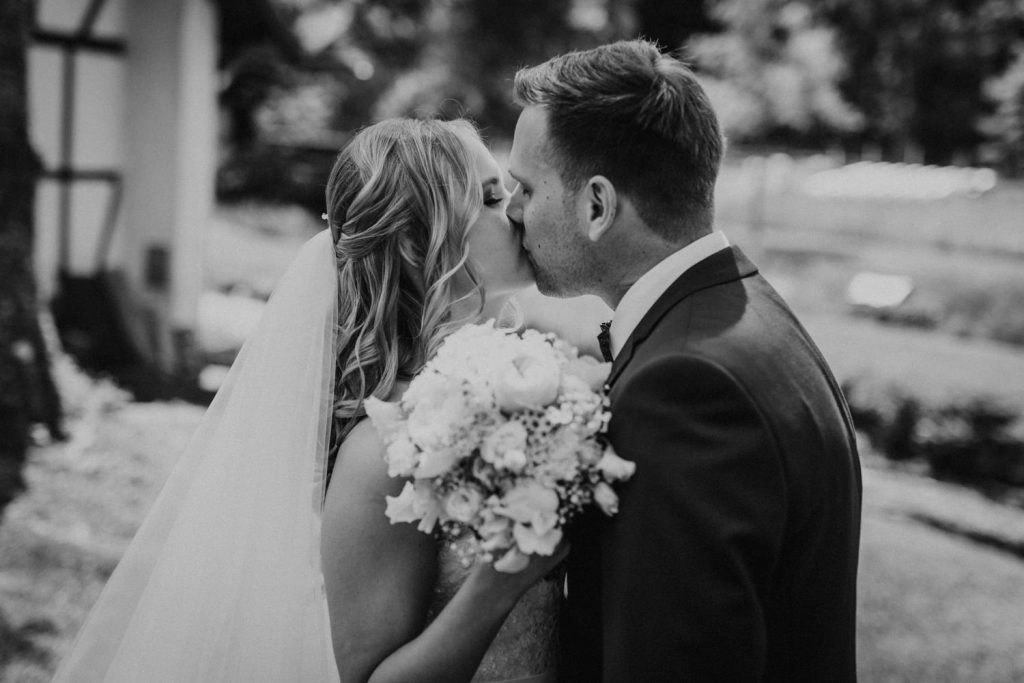 Hochzeit_Kuenkele_Muehle_Brautpaar_kuessen