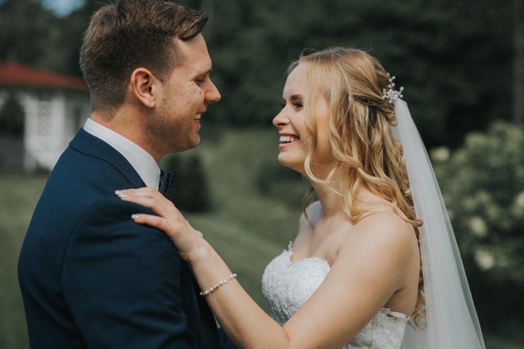 Hochzeit_Kuenkele_Muehle_Brautpaar_lachen