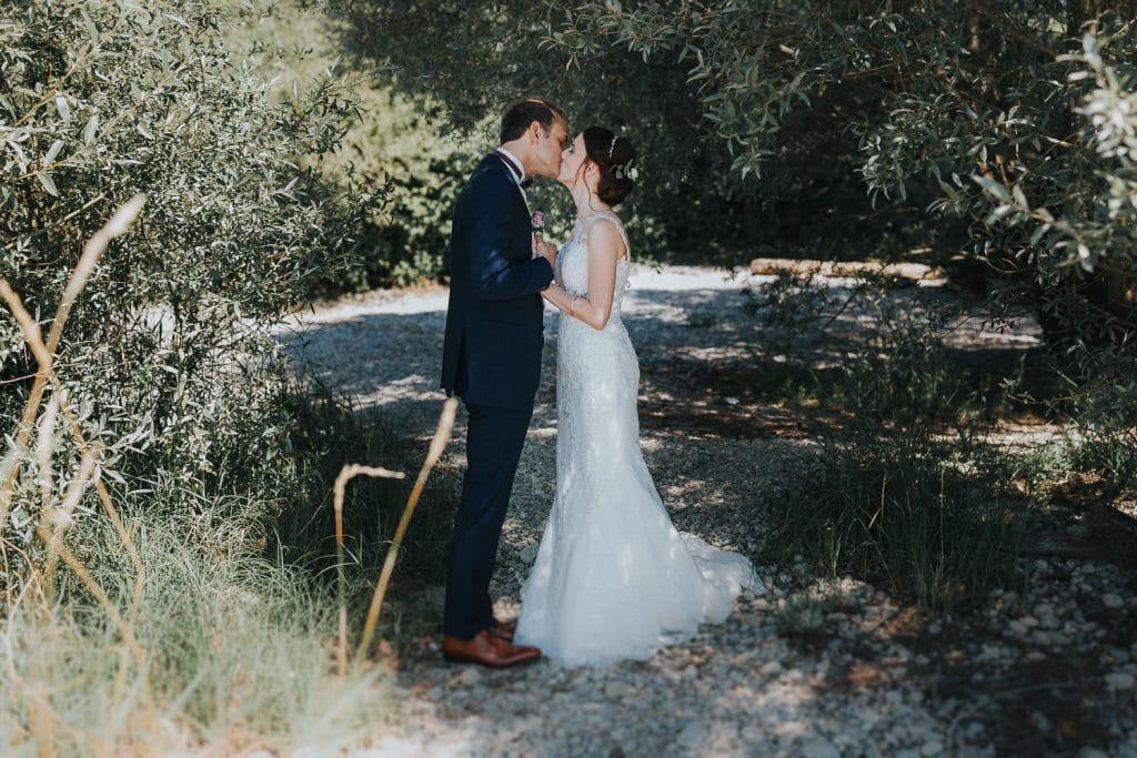 Hochzeitsfotograf Bodensee Fotoshooting Brautpaar küsst sich