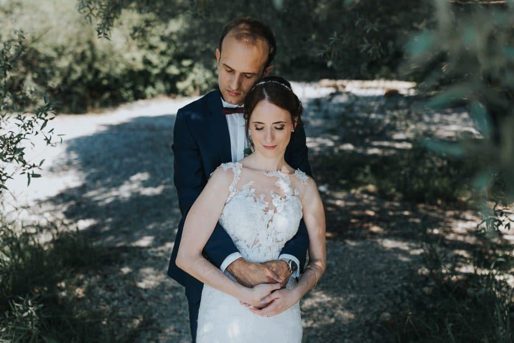 Hochzeitsfotograf Bodensee Fotoshooting Brautpaar umarmt sich
