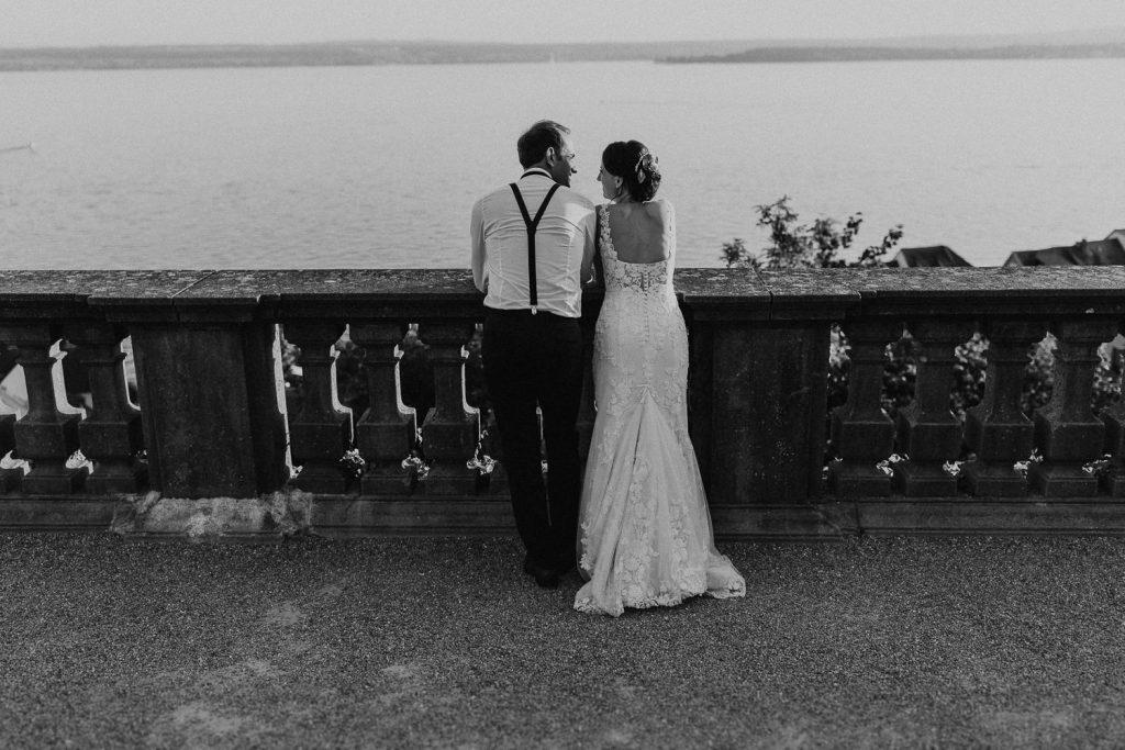 Hochzeitsfotograf Bodensee Brautpaar schaut sich an