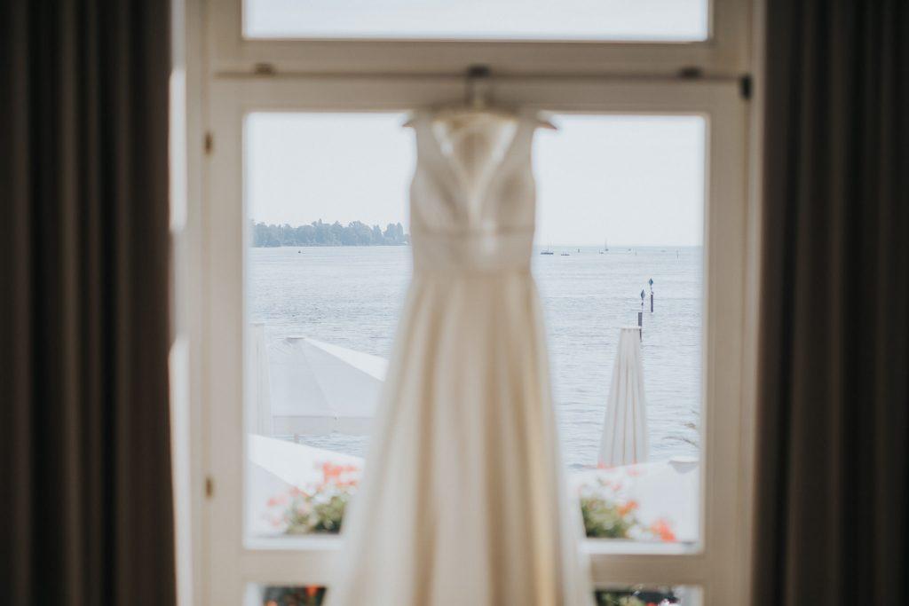 Hochzeit Bodensee Hotel Steigenberger Brautkleid am Fenster