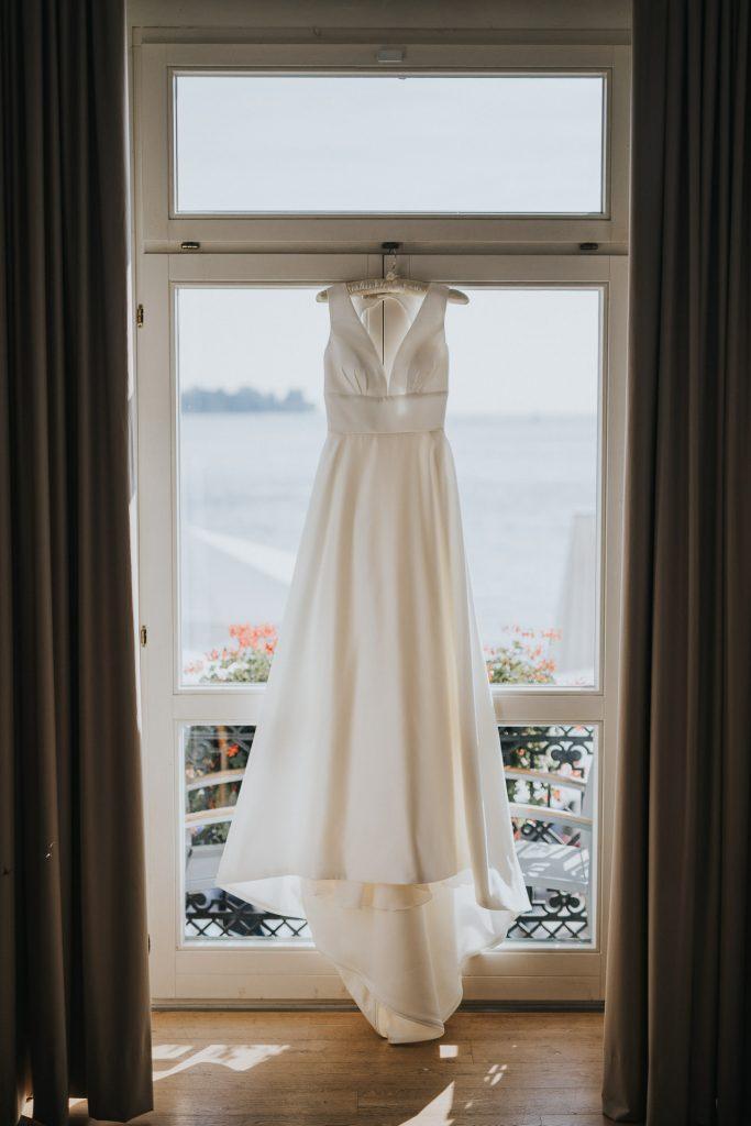 Getting Ready Hochzeit Konstanz Brautkleid hängt am Fenster