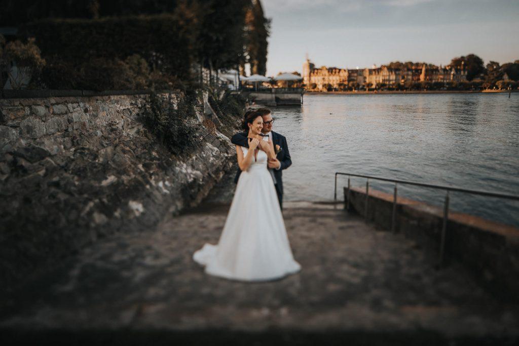 Hochzeitsfotograf Konstanz Brautpaar umarmt sich