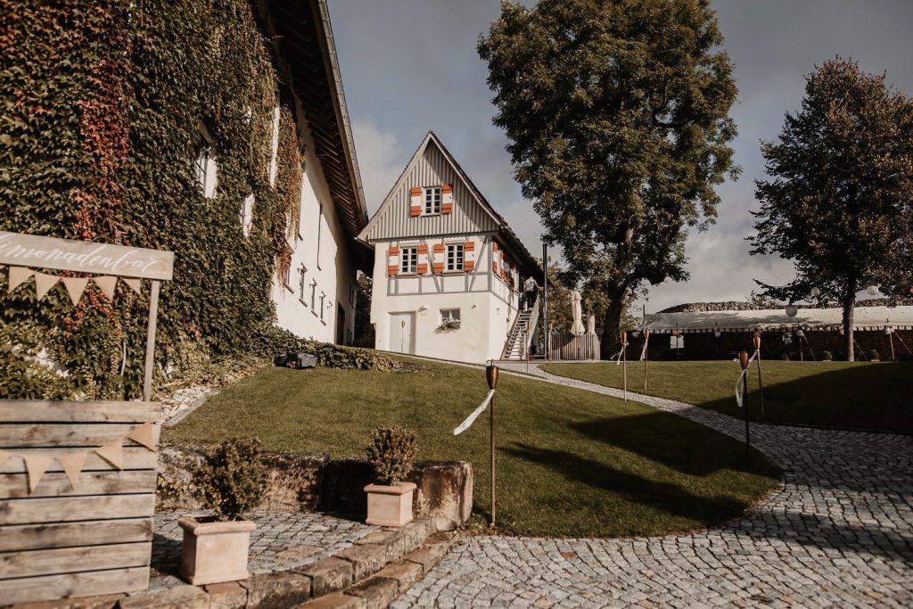 Hofgut Maisenburg Hochzeit Innenhof