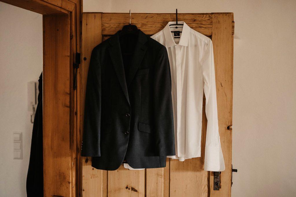 Hochzeit Maisenburg Bräutigam Anzug hängen