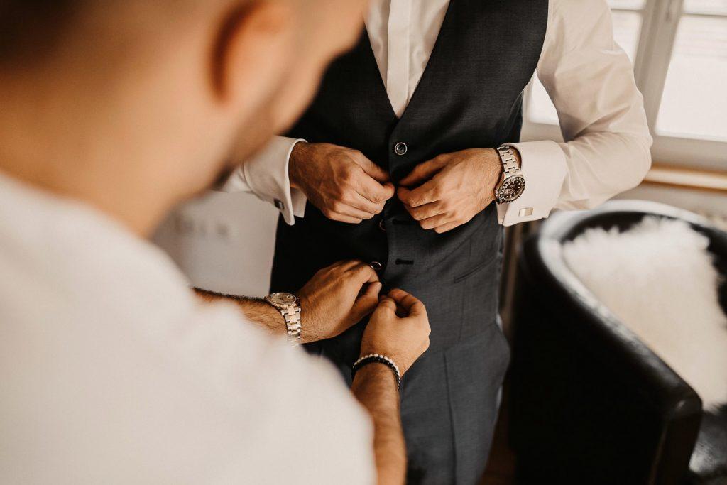 Hochzeitsfotograf Maisenburg Bräutigam anziehen