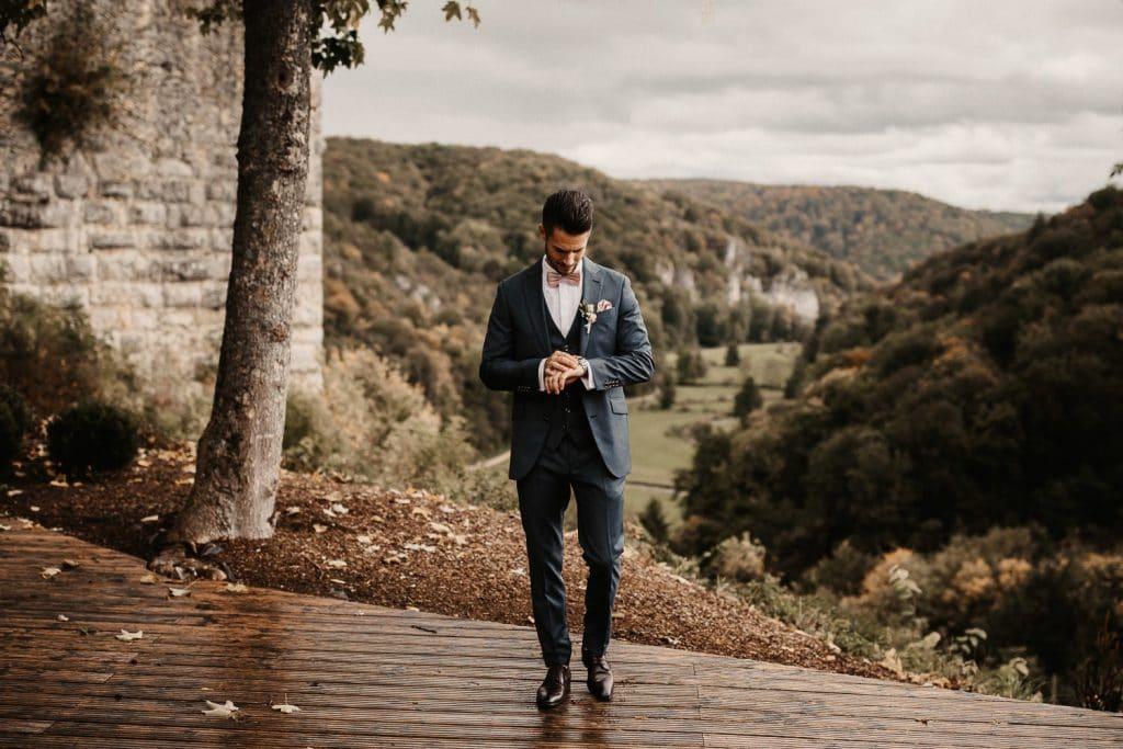 Hochzeit Maisenburg Bräutigam schaut auf Uhr