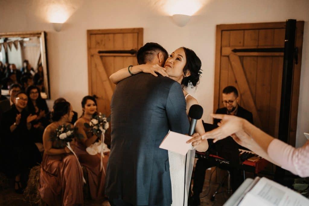 Hochzeit Maisenburg Freie Trauung Umarmung