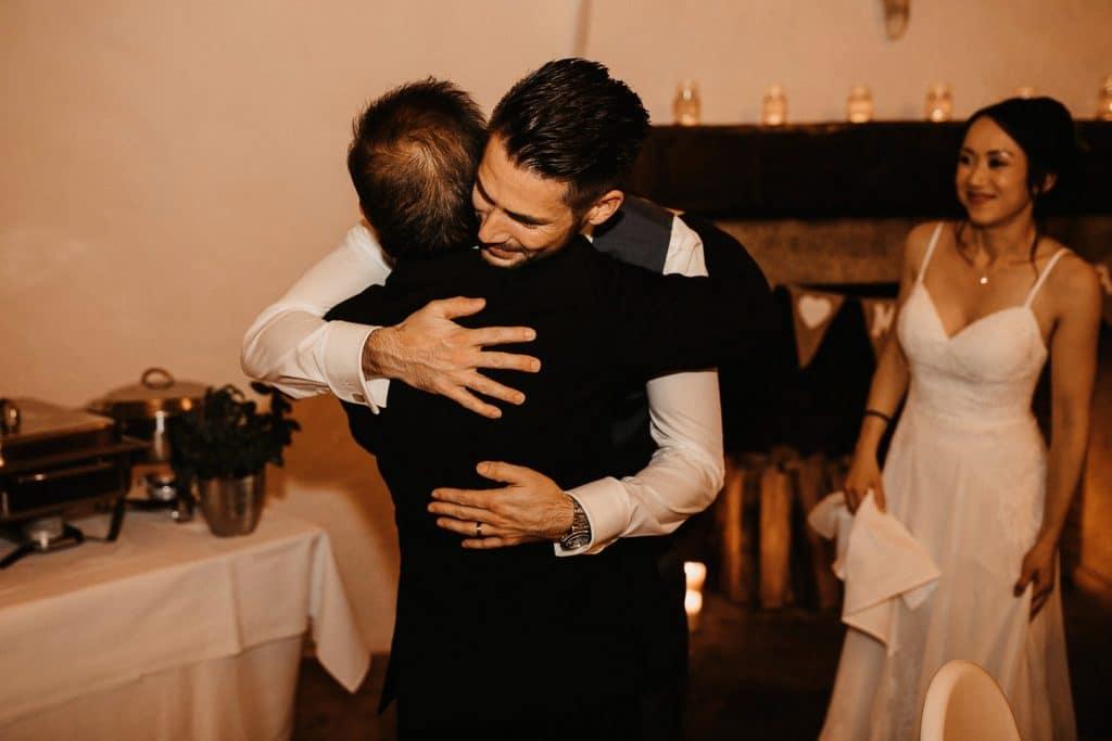 Hochzeit Maisenburg Umarmung Vater