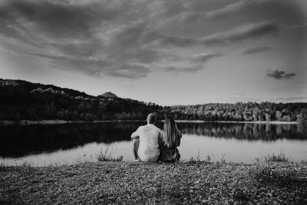 Paar blickt auf den Bodensee