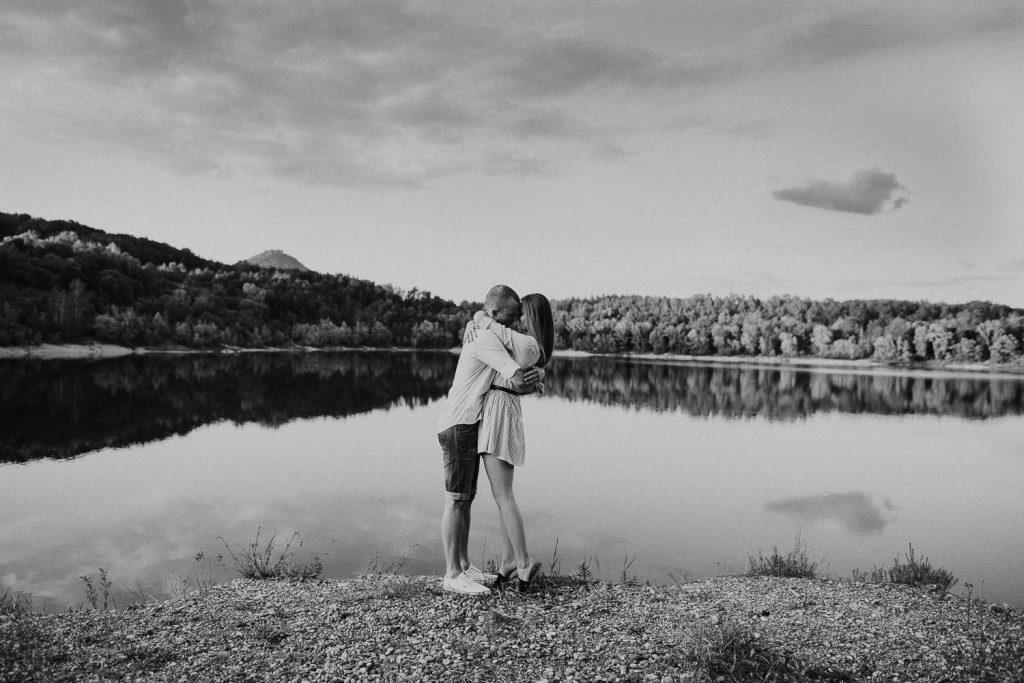 Paar umarmt sich am Bodensee